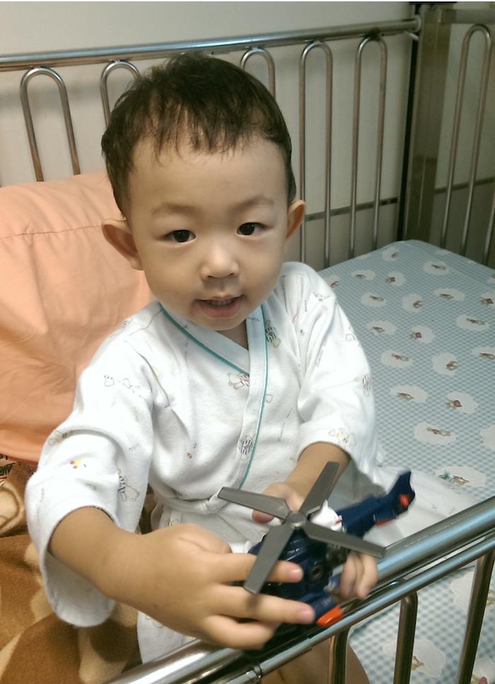 施打胰島素後胃口、精神都比較好,拿到玩具很開心,鼓勵他勇敢打針量測血糖。
